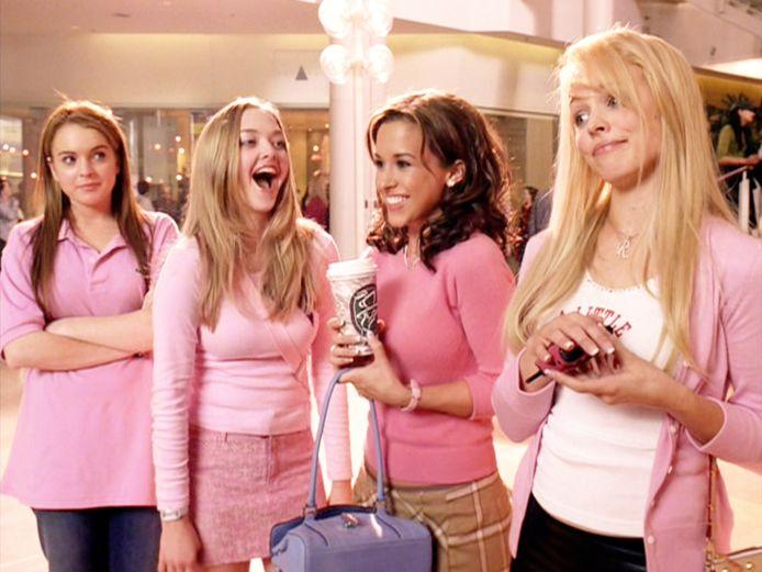 Lindsay Lohan (L) in 'Mean Girls' uit 2004.
