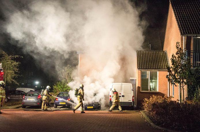 De brandweer wist het vuur snel uit te krijgen, maar de auto is totaal vernield.