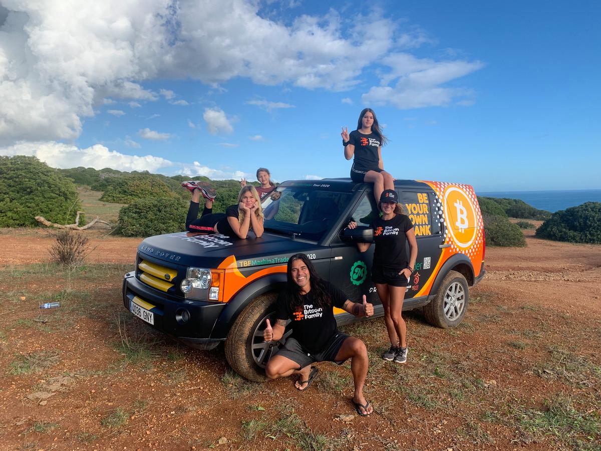 De Limburgse familie Taihuttu heeft alle bezittingen verkocht voor bitcoins, maakte een wereldreis en verbleef eind vorig jaar in Portugal. Foto fam Taihuttu