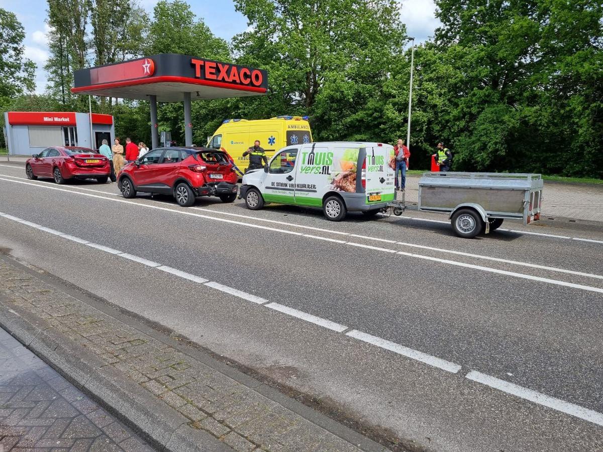 Twee auto's die waren betrokken bij de kop-staartbotsing bij het tankstation aan de N18 bij Lichtenvoorde.