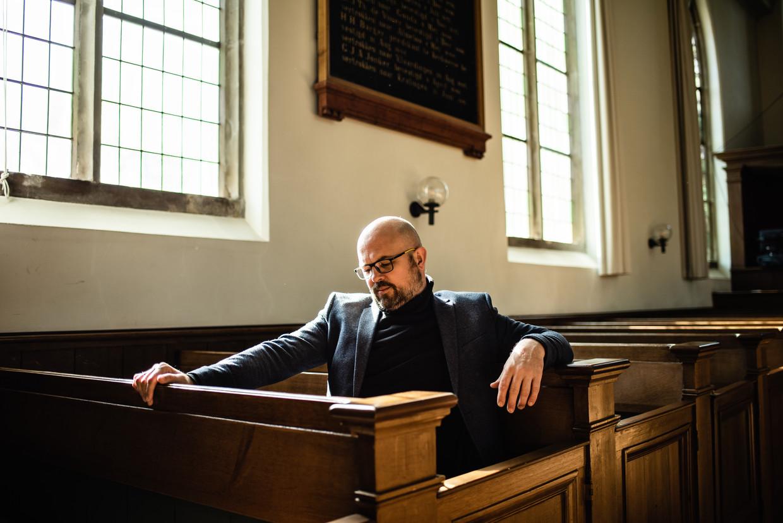 Politicoloog en onderzoeksjournalist Sander Rietveld gelooft nog steeds in God, 'ook al weet ik niets zeker'. Beeld Katja Poelwijk