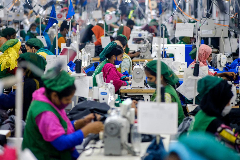 Een kledingfabriek in Bangladesh. Beeld AP