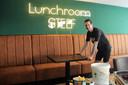 Stephan Verheijen aan het werk bij een van de blikvangers van zijn Lunchroom Steef.