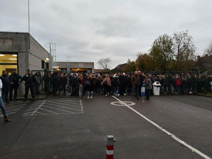 Op de speelplaats sloegen de leerlingen de actie gade.