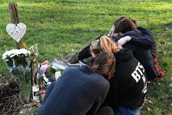 Vrienden van de 18-jarige vrouw rouwen op de plek waar het ongeluk gebeurde.