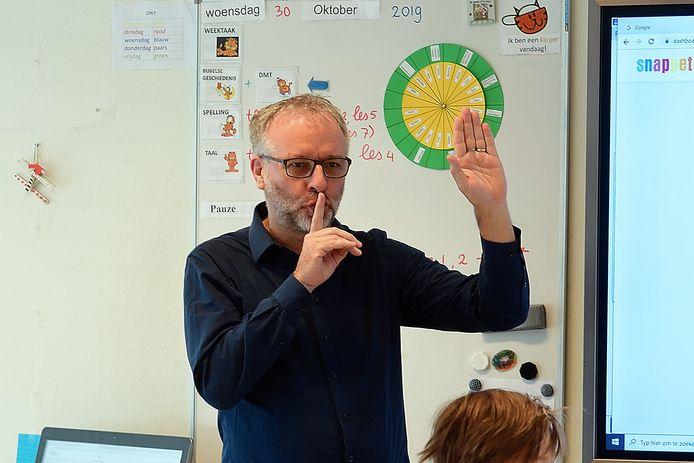 Verslaggever Wim van den Broek stond vorig jaar voor een verhaal een dagje voor de klas Julianaschool in Fijnaart.