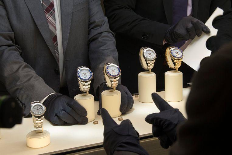 Bij twijfel over de herkomst van geld moeten geautoriseerde dealers van luxemerken als Rolex meteen een Melding Ongebruikelijke Transactie doen, zegt de Fiod.  Beeld Hollandse Hoogte / EPA