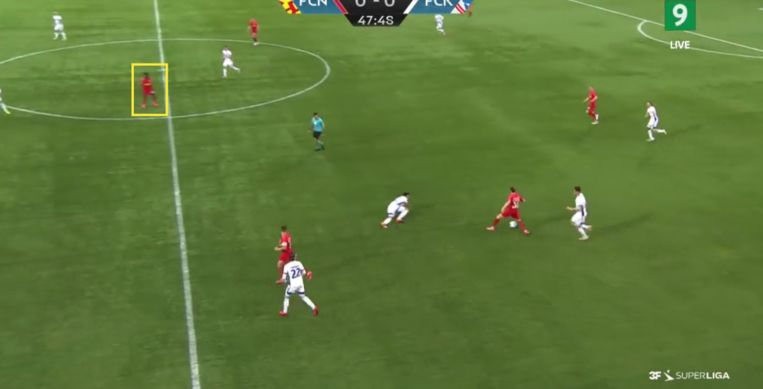 Eerder in de aanval laat Sulemana zich nog uitzakken om de bal op te halen... Beeld Screenshot Deense televisie