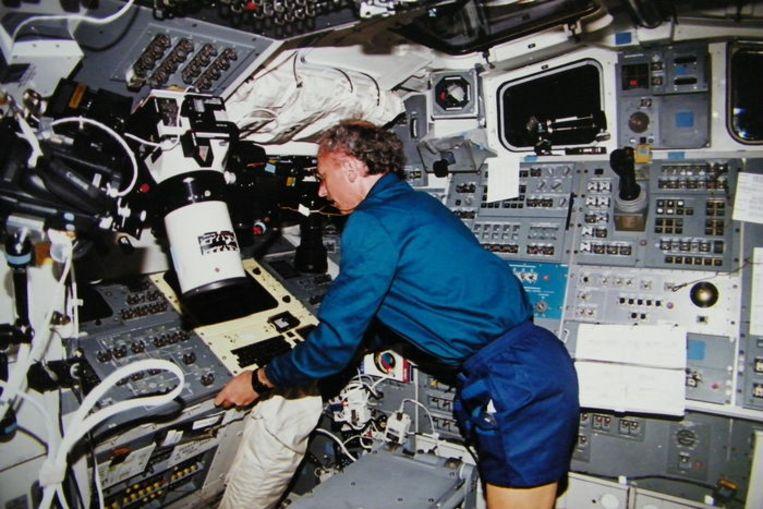 Dirk Frimout aan boord van ruimteveer Atlantis. Beeld RV