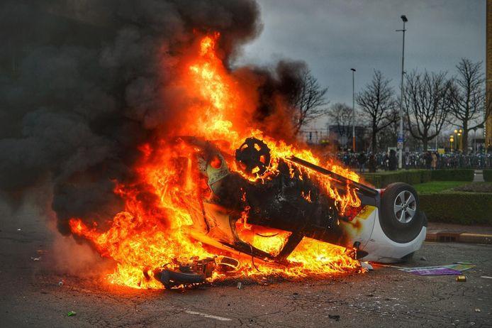 Auto in brand gestoken voor het station.