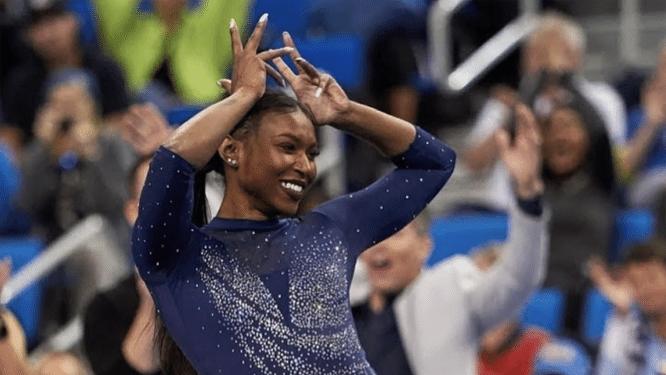 """Gymnaste Nia Dennis (21) gaat viraal met routine die haar Afrikaanse roots eert. """"Gymnastiek is nog veel te wit"""""""