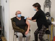 Twentse huisartsen prikken in hoog tempo door: 'Wil je het vaccin? Dan moet je nu komen'