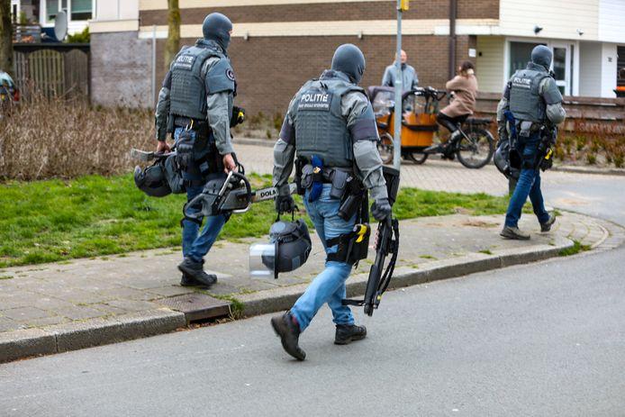 Arrestatieteam pakt Apeldoorner (39) met zwaar geschut op na dreigende situatie in een woning aan de Socratesstraat in Apeldoorn