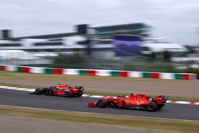Max Verstappen (Red Bull) en Charles Leclerc (Ferrari) in actie op het circuit van Suzuka.