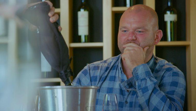 Gilles De Coster giet de duurste fles Argentijnse wijn leeg, misschien niet helemaal tot spijt van Bruno. Beeld VIER