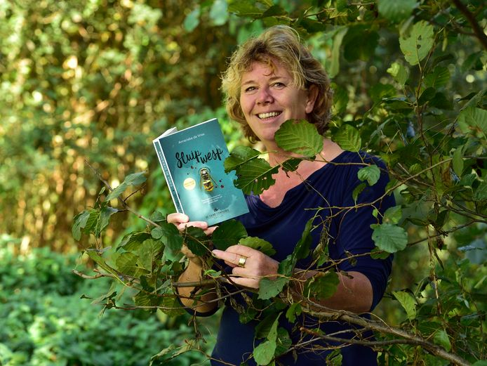 Annerieke de Vries bij het uitbrengen van haar eerste boek: de thriller Sluipwesp. Een heel ander boek dan haar huidige boek: een voltooid leven