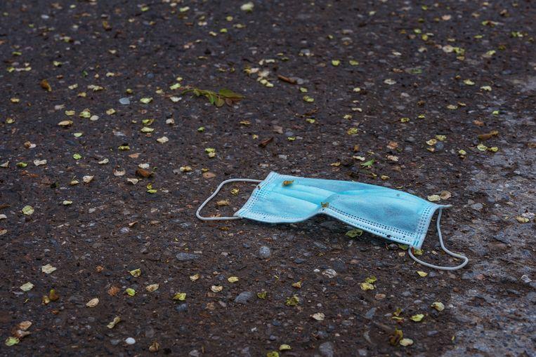 Mondkapje weggegooid in de natuur Beeld Shutterstock