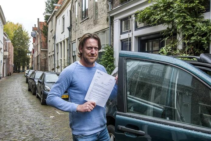 Ook in het Noordenbergkwartier boosheid bij William van Vemde: ,,M'n parkeervergunning voor m'n bedrijf kost tussen 700 en 800 euro per jaar. Daar mag iets tegenoverstaan.'' foto Ronald Hissink