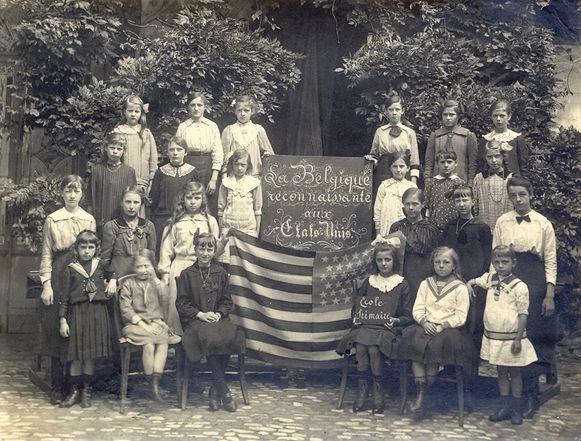 UM kende vanwege het uitbreken van WOI een moeilijke start. Op deze foto tonen de leerlingen hun dank voor de voedselhulp uit de VS.