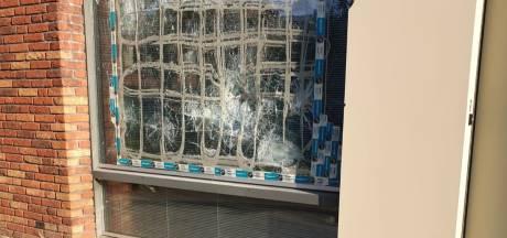Verwarde man gooit wéér raam kapot in Curaçaostraat, stichting uit woning vertrokken