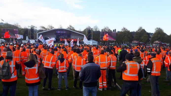 Honderden bouwvakkers en transporteurs stonden al vroeg op het Malieveld.