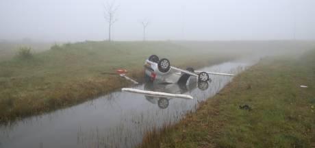Auto raakt bij Enspijk van de A2 en belandt op de kop in de sloot