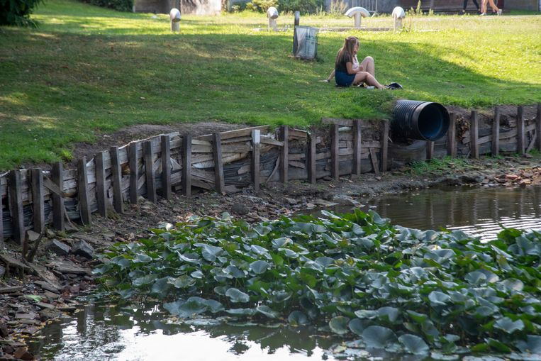 Door de het zomer staat er nog nauwelijks water in de visvijver.