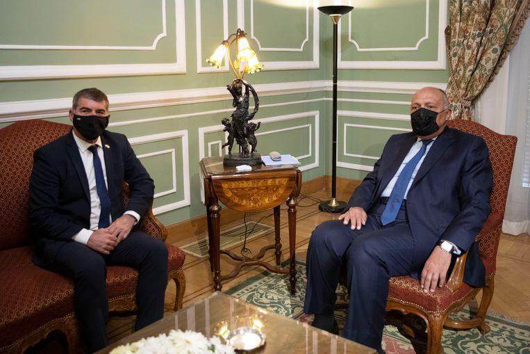 De Egyptische minister van buitenlandse zaken, Sameh Shoukry, zondag in Caïro tijdens de ontmoeting met zijn Israëlische evenknie, Gabi Ashkenazi. Beeld AP
