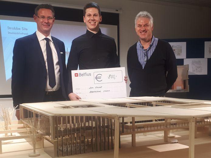Schepen Kurt Himpe en bibliothecaris Nicolas Cappelle met Sam Geldof die in 2019 de prijs won. Met zijn masterproef bestudeerde hij de structuur van de gebouwen van voormalige drukkerij Strobbe.