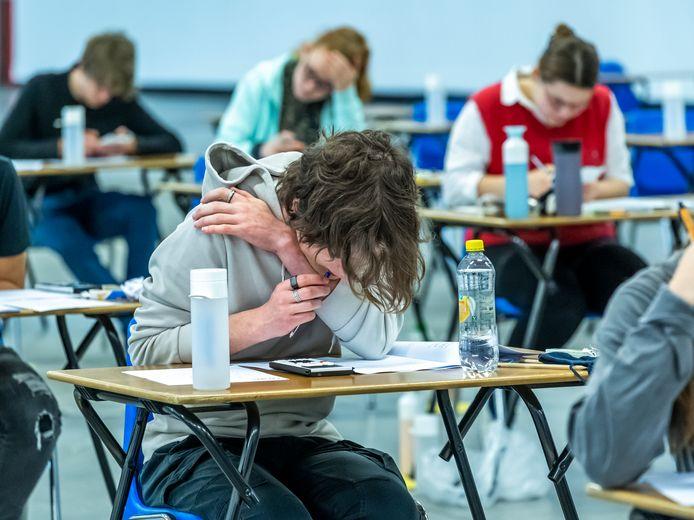 Leerlingen van UniC en het Leidsche Rijn College(LRC) maken het examen wiskunde (vwo) en bedrijfseconomie (havo).
