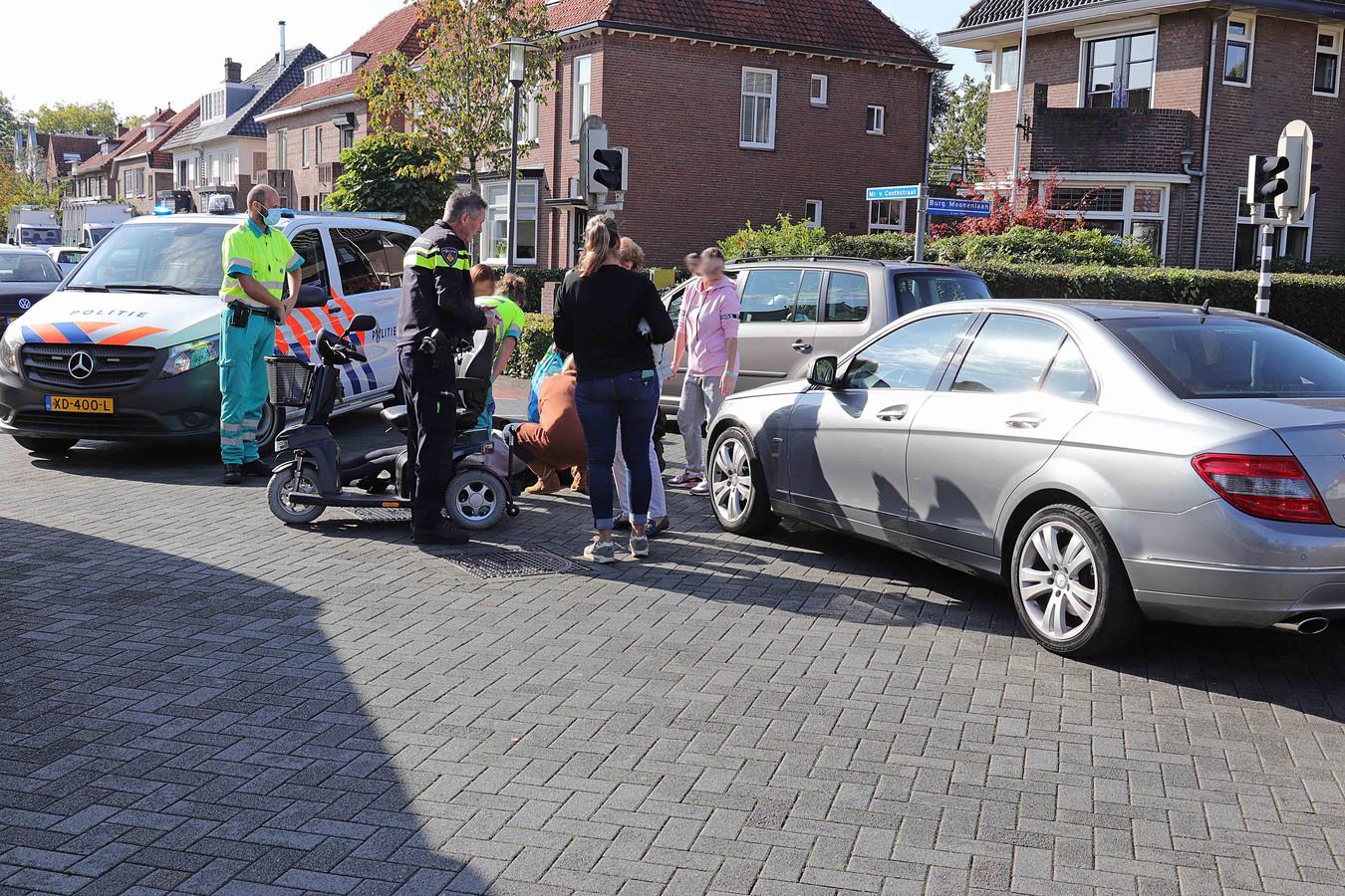 Vrouw in scootmobiel aangereden door auto.