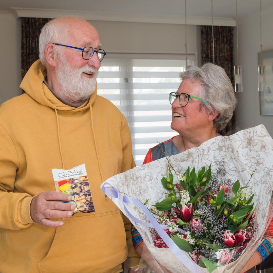 Haarenaar Jan Larmit ontving het eerste Mantelzorgcompliment dit jaar van de gemeente Oisterwijk voor de wijze waarop hij zijn vrouw ondersteunt.