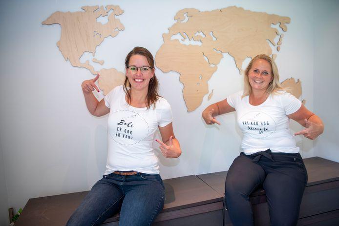 Antoinette Nicolai (l) (YourTravel) en Janneke Eggengoor (The Travel Club) met twee van de shirts waarmee ze de reisbranche een humoristische pleister op de wond willen geven.