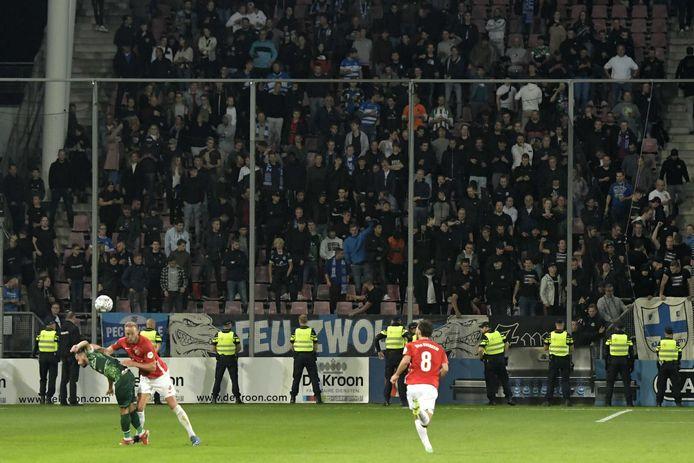 Politie op het veld tijdens FC Utrecht-PEC Zwolle afgelopen zaterdag. Agenten namen de rol van beveiligers over, nadat de situatie rond het Zwolse uitvak escaleerde.