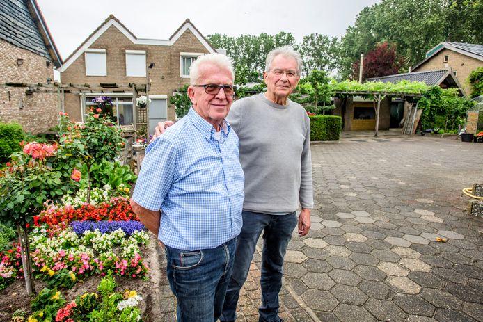 Huiseigenaar Fried Hurkmans (links) en auteur Ad van Liempt bij het dijkhuis Laageinde 63 in Baardwijk.
