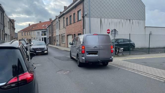 Terugkeer naar normale verkeerssituatie zorgt voor gevaarlijke toestanden in éénrichtingsstraat na einde werken in Burgemeester Vandenbogaerdelaan in Izegem