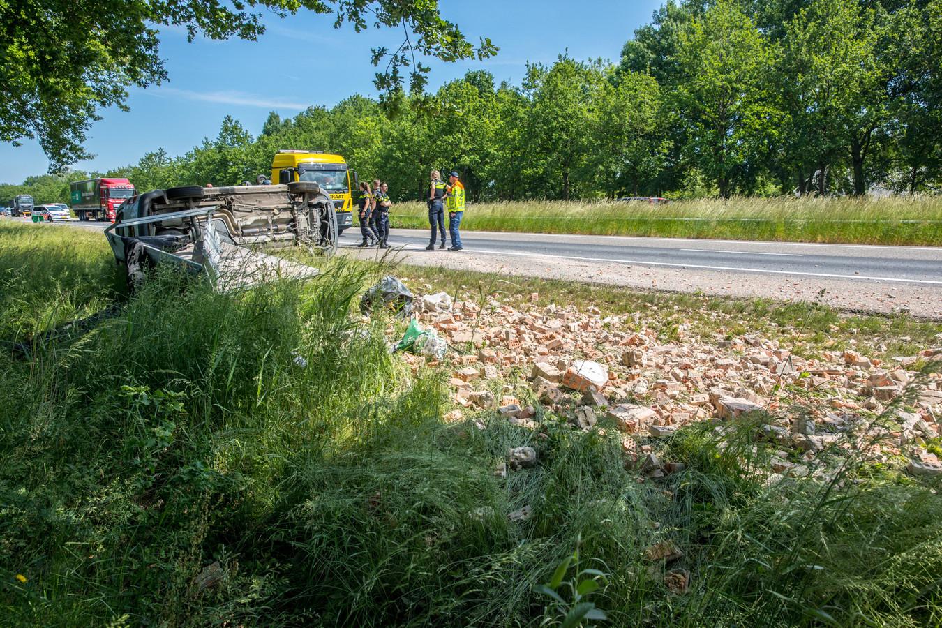 Een bestelwagen kwam dinsdagmiddag op zijn kant terecht op de A58 bij Rucphen. De inhoud van de aanhanger kwam op de snelweg terecht.