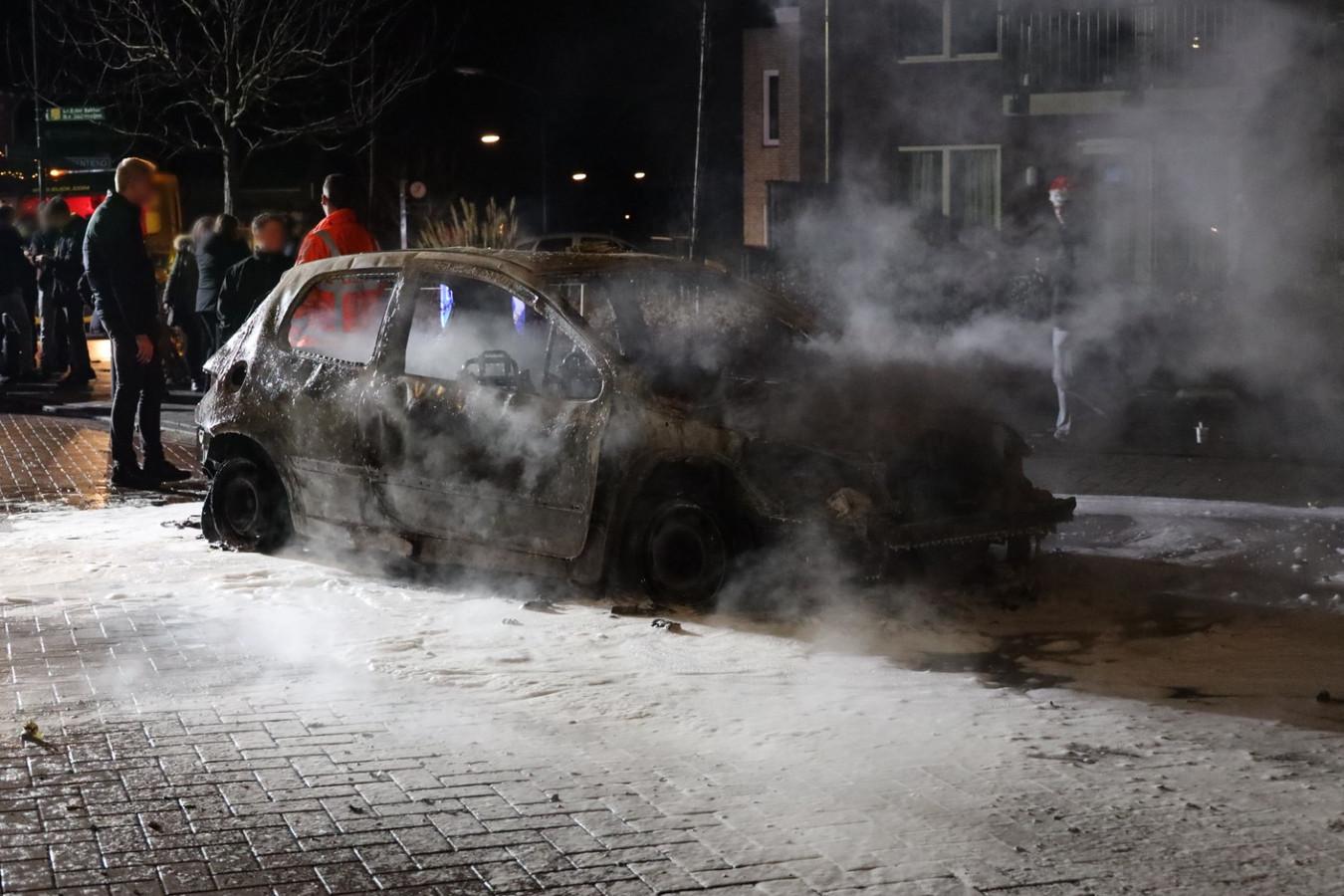 In Veen gaan de afgelopen weken weer autowrakken- en banden in vlammen op.