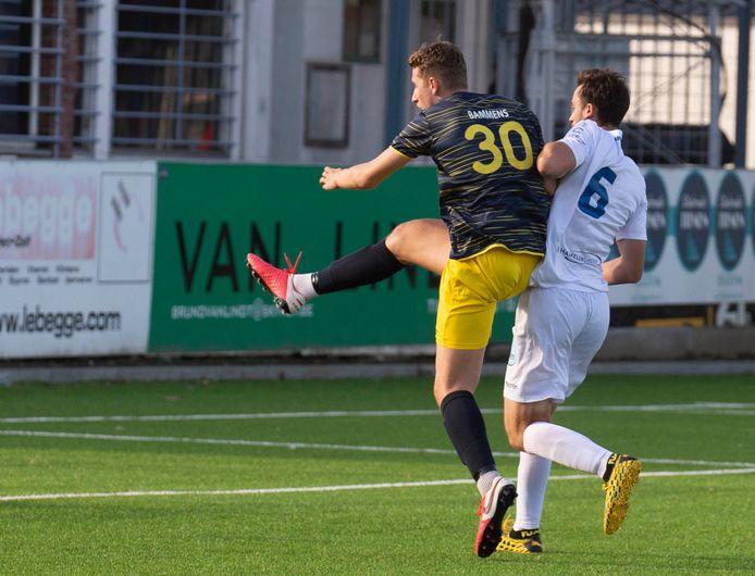 Frederic Farin (Tienen) kan niet verhinderen dat invaller Simon Bammens (Thes Sport) van dichtbij scoort.