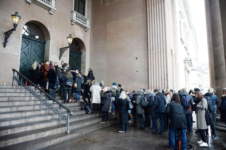 Kopenhagen - 08-03-2018. Mensen staan in de rij buiten de rechtszaal waar het proces tegen Peter Madsen op het punt staat te beginnen. Beeld EPA