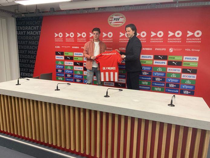 Arnhemmer Yaël Gil y Muiños (16)  poseert met PSV's hoofd opleidingen Ernest Faber na ondertekening van zijn driejarig contract in Eindhoven.