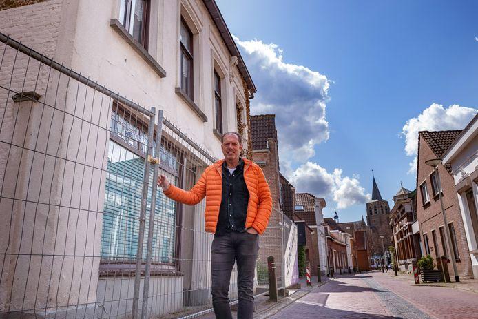 Frenk Theuns bij Roosendaalsestraat 18 in Wouw; hij bedacht het moderne appartementencomplex dat daar gebouwd wordt, tot ongenoegen van de buurt.