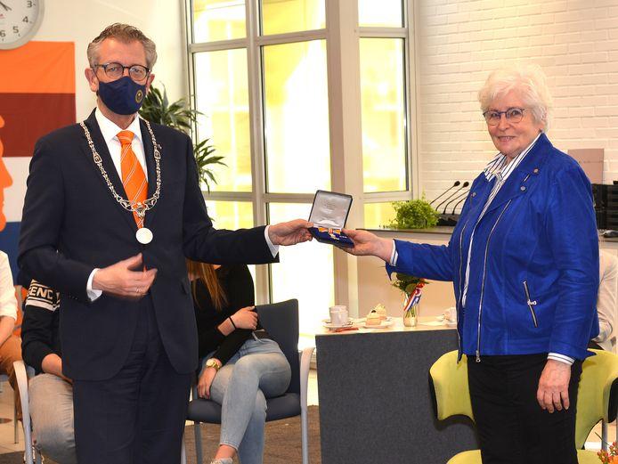 Riet Tijssen ontvangt de koninklijke onderscheiding