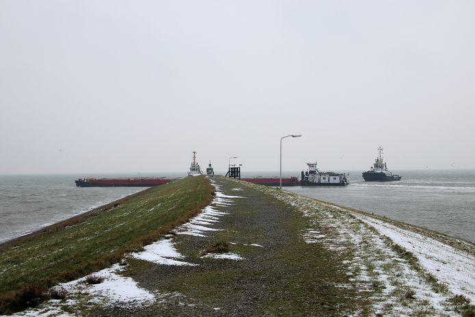Schip vaart tegen havendam bij Ritthem.