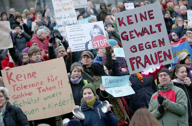 Demonstranten in Keulen. 'Geen geweld tegen vrouwen', staat te lezen. Beeld Epa
