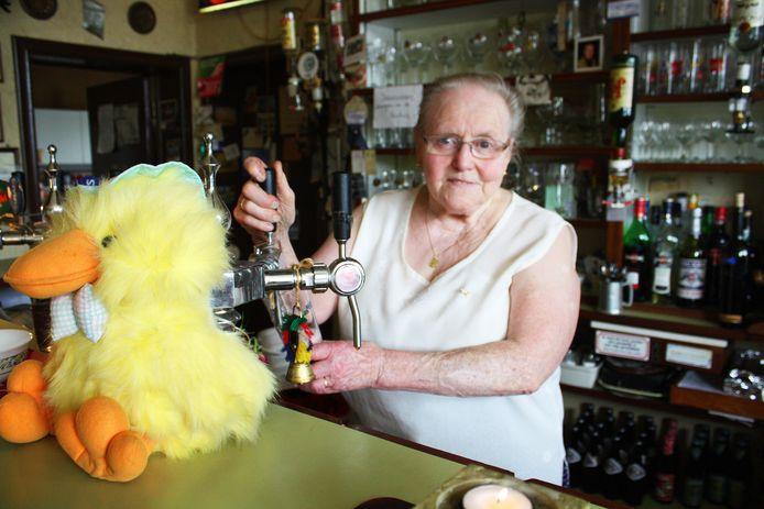 Pelagie Van Snick jaren geleden aan de toog van haar café Limbourg.