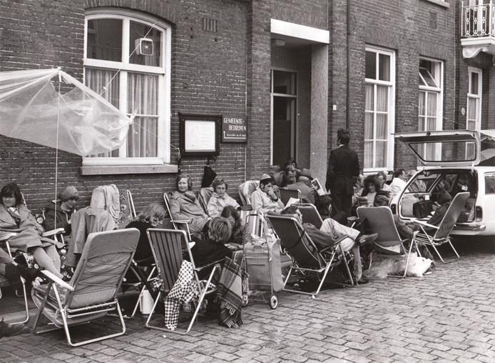 Mensen wachten tot zij een stuk bouwgrond kunnen kopen in Geldrop (1976).