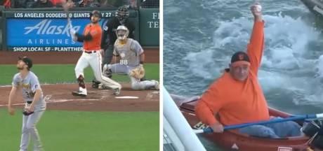Deux fans se disputent une balle de Home run en canoë