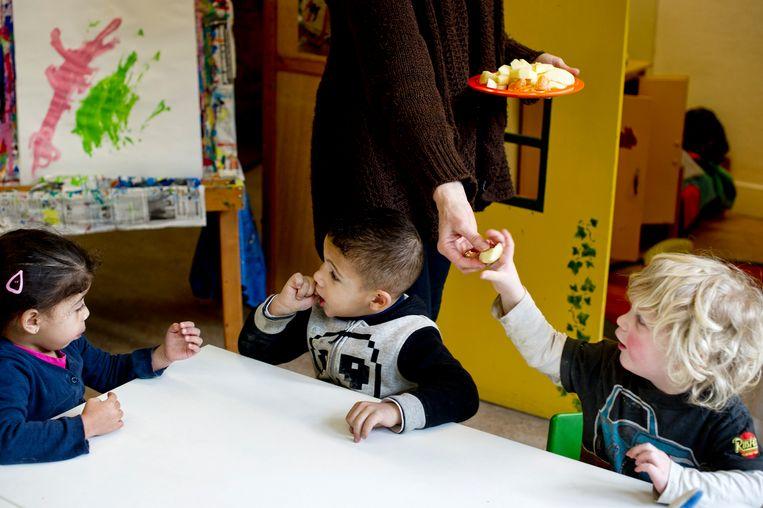Anderstalige kleuters leren sneller Nederlands als ze vrij mogen spreken op school. Beeld Hollandse Hoogte