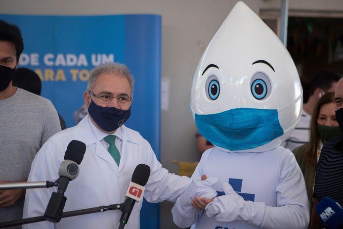 """Le ministre brésilien de la Santé, Marcelo Queiroga, et """"Ze Gotinha"""", la mascotte de la campagne de vaccination"""
